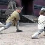少年から少林寺を教わるジャッキー・チェン