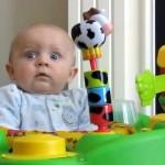 ママが鼻をかむ音に反応する赤ちゃん