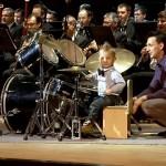 3歳児が驚異のドラム演奏を披露!!