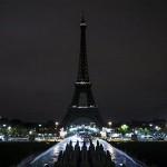 エッフェル塔の灯が消えた日、世界中がトリコロールカラーに染まった