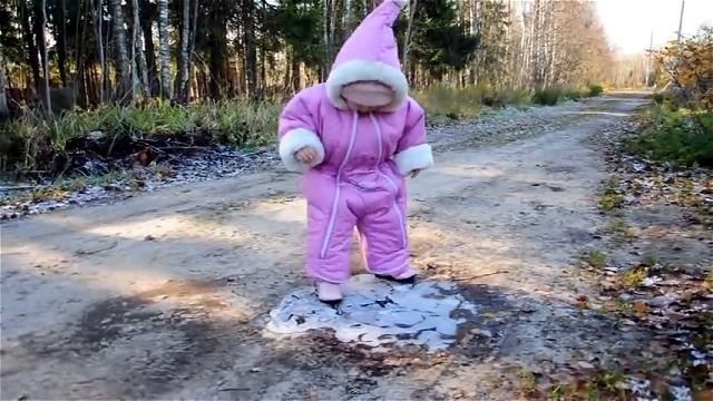 氷を踏み踏みして遊ぶ幼児に起きたおもしろ可愛いハプニング