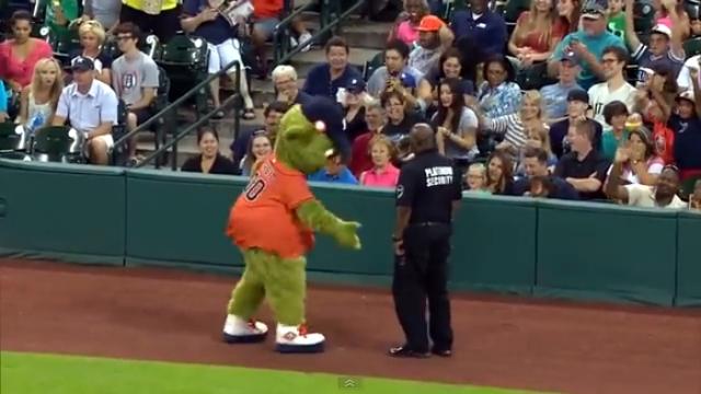 観客も大絶賛!|球団マスコット vs 警備員のダンスバトル