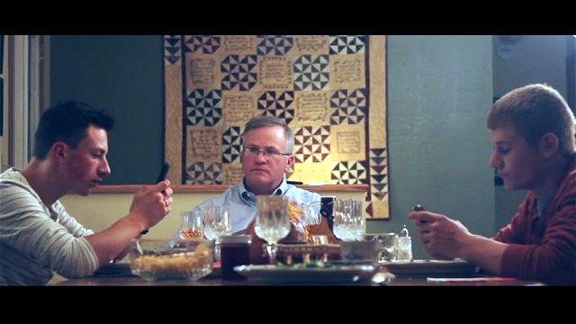食事中にスマホをいじる息子たちにキレた父親がとった見事な切り返し!