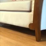ソファの下に居る猫を呼んでみたところ、登場の仕方が予想外だった