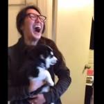 愛犬を抱っこして大笑いする飼い主さん。それにはこんな理由がありました。