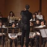 ダイナミックな演奏とパフォーマンスを披露する奏者。でも何故か指揮者に釘付け♪