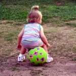ボールに座れないで悪戦苦闘!まるでコントを演じているような女の子(笑)