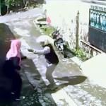強盗にバッグをひったくられた女性の予想外の行動(笑)