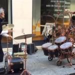 ジャグリングとドラム演奏を同時にこなしてしまう驚異のストリートパーフォーマー