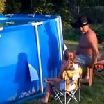 プールの水抜き作業が豪快すぎるお爺ちゃん。お孫さんたちも大喜び♪