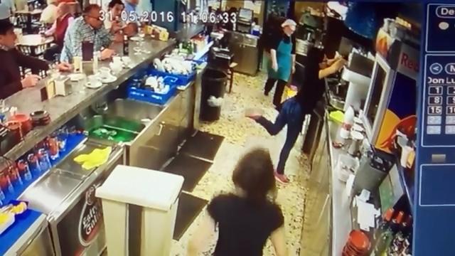 ウェイトレスが偶然起こした奇跡|防犯カメラが捉えた映像に驚き!