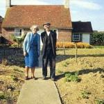 12ヶ月間、自宅前で撮影された老夫婦の写真。最後の一枚にこみあげる涙