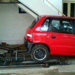 これは秀逸!|狭いスペースを有効活用して車庫を作ってしまった家主がスゴイ!