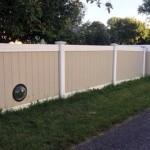 ワンちゃんたちが外の世界を見えるようにと、フェンスに小窓を作ってあげた飼い主