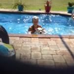 これは笑える!|プールから出そうとするおばあちゃんに必死に抵抗するワンコ
