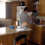 キッチンで楽しそうにしている奥さんを隠し撮りしてみた結果