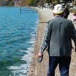 愛犬を連れて散歩する老人の後ろ姿に哀愁を感じさせる光景と思いきや…!?