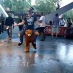 これは楽しそう!|下半身だけのクマの着ぐるみを着てダンスをする男性
