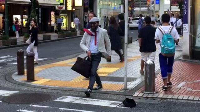 これはスゴイ!?(笑)|新宿に居た「1人だけ時間が止まってるおっさん」