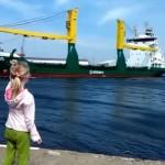 船に向かって「汽笛鳴らして!」と女の子がアピールした結果、慌てて逃げ出すことに(笑)