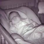 片腕を上げて熟睡中の赤ちゃん。元に戻そうとすると、もう片方の腕が面白いことに