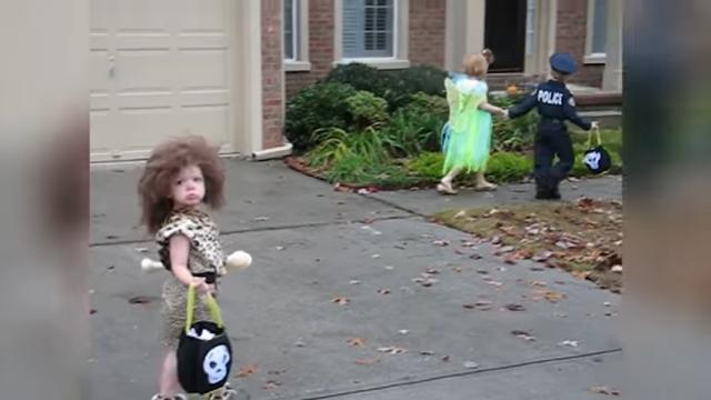 ハロウィンで小さな原始人に仮装したちびっ子。お菓子を貰わずに慌てて退散(笑)