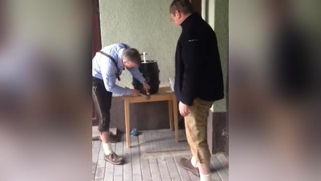 木製のビヤ樽に注ぎ口を打ち込む男性。力加減を誤った結果、とんでもないことに…(笑)