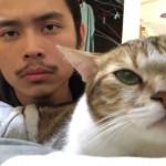 飼い主と一緒にカメラをじっと見つめる猫。音楽が流れ始めると意外な行動に