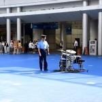 広場に放置されたドラムを発見した警察官、撤去するのかと思いきや…