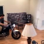 部屋の中でバイクのウィリー走行に挑戦する男性。止めておけばいいのに…(笑)