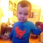 そこはアカン!?|オモチャの釘を所構わず打ち込む2歳の男の子(笑)