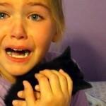 子猫を胸に抱く9歳の少女 → 感極まって号泣するそのワケは…