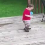 落としたボールを拾おうとして無限ループに陥る男の子(笑)