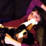 女の子のほっぺをモミモミしてリラックス中の猫 → プリンプリンで気持いいにゃ~!