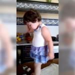 叱られて泣いていた女の子、カメラに気付いた途端、まさかの行動に…(笑)