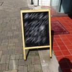 街で見かけた文具店の立て看板 → 思わず足を止めてしまう文言が…(笑)
