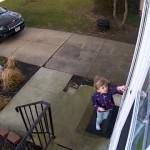 強風の中、玄関のドアを開けようとした少女に思わぬハプニングが…