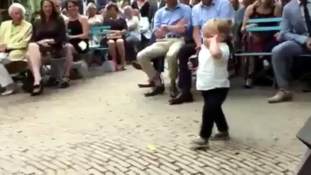 結婚式で大役を任された小さな子供 → まぁ、こういうことも有りますわな(笑)