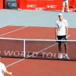 テニスの試合終了後、互いの健闘を称え合う選手たちに起こった笑いの渦