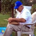 66年の時を経て、初めて目にする色鮮やかな世界に涙するおじいちゃん