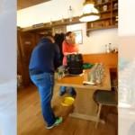 木製のビヤ樽に注ぎ口を打ち込む男性。緊張しすぎてとんでもないことに…(笑)