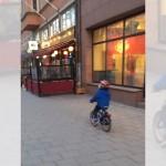 あらら、やっちゃった(笑)!?男の子が自転車に乗りながら、セクシーなお姉さんに見とれていた結果…