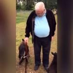 老人の杖が気に入り、纏わり付いて離れない2匹の子ヤギたち(笑)