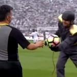 試合直前に行われたサッカーボールの手渡し方法が斬新すぎる!