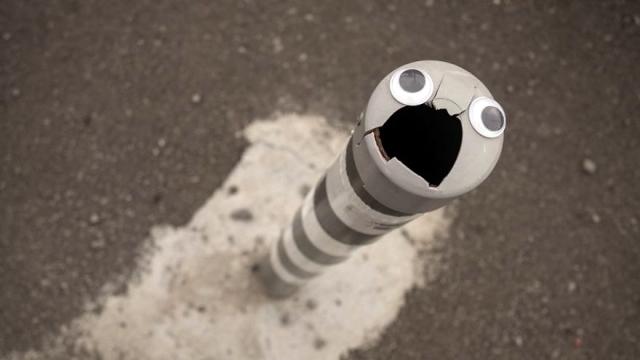 ブルガリアの街中に「目玉シール」を貼り付けたシンプルなストリートアートがおもしろい!
