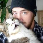 自撮りを嫌がり、無理やり抱っこされて迷惑そうな猫たちの写真 15選