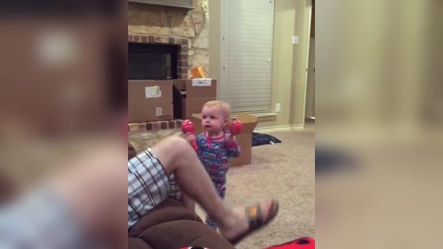 父親がマラカスで遊ぼうとする度に「これは絶対にダメ!」と注意する赤ちゃんがおもしろい