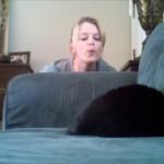 居眠りをする猫の背中に息を吹きかけるお姉さん。目を覚まして混乱する猫がおもしろ可愛い