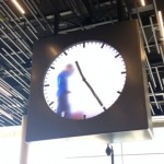 オランダのスキポール国際空港にあるユニークな時計が話題に
