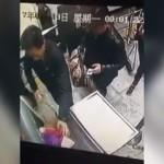空港手荷物検査場で監視カメラに映った、大胆な手口で手荷物を盗む男
